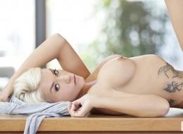 Blondyna z tatuażem (13)