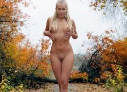 Naga blondyna w lesie (6)