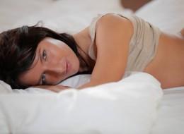 Urocza brunetka w swojej sypialni (5)