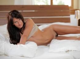 Urocza brunetka w swojej sypialni (6)