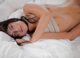 Urocza brunetka w swojej sypialni (7)