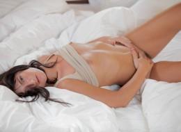 Urocza brunetka w swojej sypialni (8)