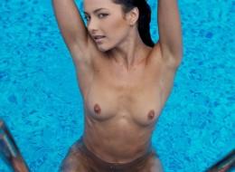Bruneta kąpie się nago w basenie (9)