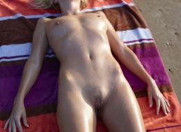 Naga laska na plaży (8)