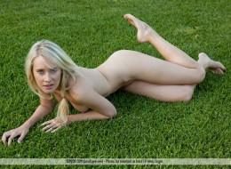 Zwykła blondynka przy bambusach (1)