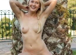 Zwykła blondynka przy bambusach (4)