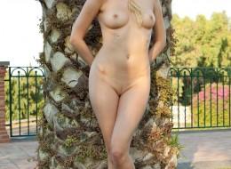 Zwykła blondynka przy bambusach (6)