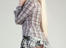 Blondyna w spódnicy w kratę (10)