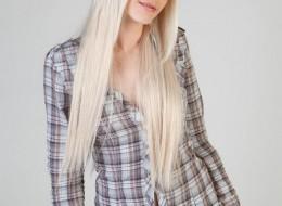 Blondyna w spódnicy w kratę (11)