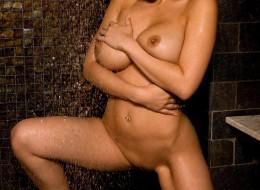 Bruneta pod prysznicem (8)
