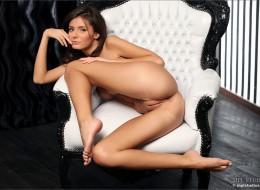Dostojna brunetka na fotelu (5)