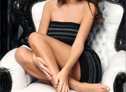 Dostojna brunetka na fotelu (9)
