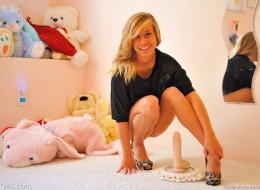 Nastoletnia blondynka z wielkim wibratorem (4)