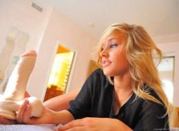 Nastoletnia blondynka z wielkim wibratorem (8)
