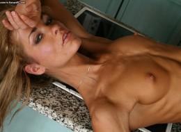 Opalona blondyna w kuchni (2)