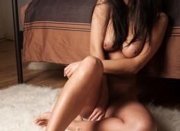 Samotna naga kobieta (12)