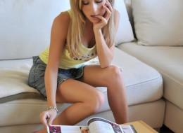 Wynudzona blondyneczka zdejmuje ubranie (9)