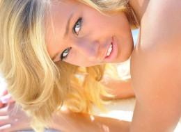 Ładna blondyna wkłada sobie (9)