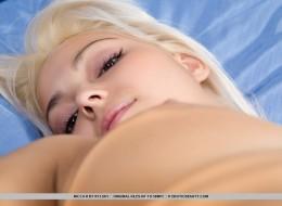 Blondyneczka w białej bieliźnie (11)