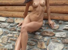 Fajna laska nago przy skałce (3)
