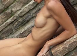 Fajna laska nago przy skałce (6)