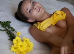 Nastolatka i płatki kwiatów (3)