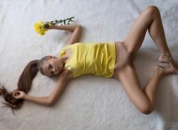 Nastolatka i płatki kwiatów (4)