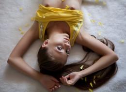 Nastolatka i płatki kwiatów (6)