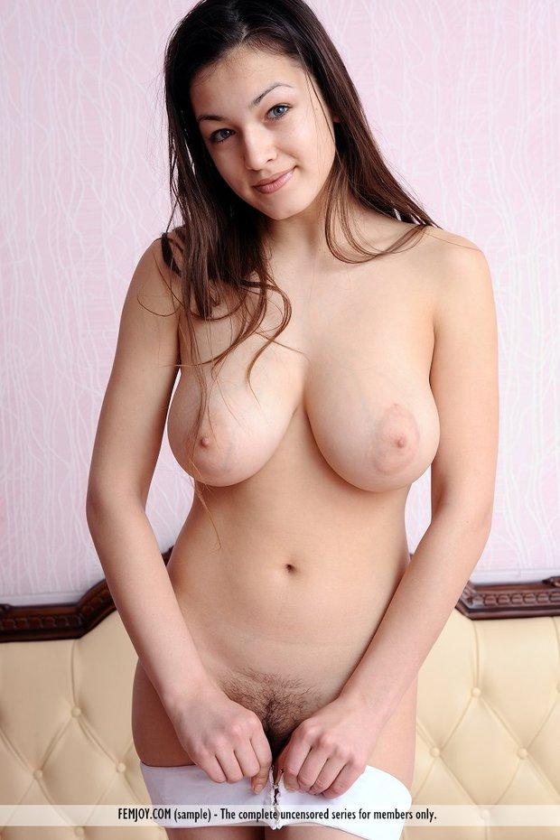 Urocza brunetka z wielkim biustem (5)