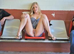Blond sunia w miejscach publicznych (6)