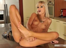 Blondyna lubi się dotykać w kuchni (7)