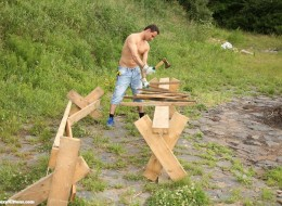 Koleś rąbie drewno i rucha małolatę (14)