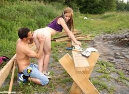 Koleś rąbie drewno i rucha małolatę (2)