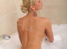Blondyna w wannie (10)