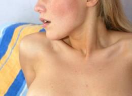 Blondynka z wygoloną pizdą w sypialni (4)