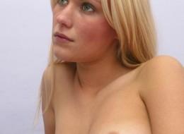 Blondynka z wygoloną pizdą w sypialni (6)