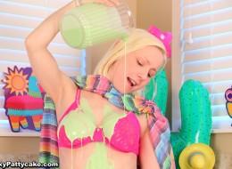 Nastolatka polewa sobie ciałko farbą (14)