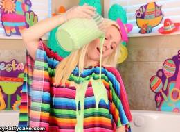 Nastolatka polewa sobie ciałko farbą (15)