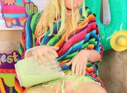 Nastolatka polewa sobie ciałko farbą (5)