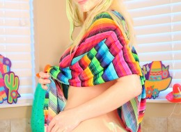 Nastolatka polewa sobie ciałko farbą (7)