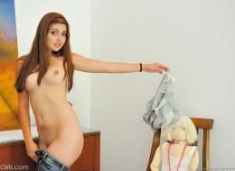 Ruda nastolatka w sowim pokoju (12)