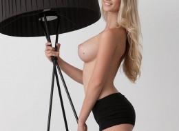 Super blondyna przy lampie (10)
