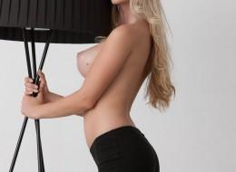 Super blondyna przy lampie (12)
