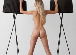 Super blondyna przy lampie (7)