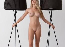 Super blondyna przy lampie (9)