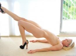 Blondyna zabawia się cienkim sex gadżetem (8)