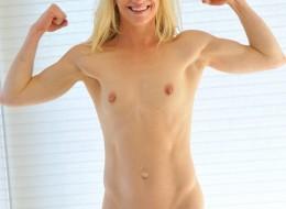 Blondyna zabawia się cienkim sex gadżetem (9)
