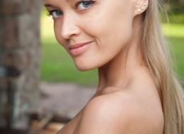 Piękna blondyna na tarasie (1)