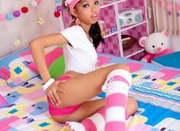 Drobna młoda Azjatka w swoim dziecięcym pokoju (10)
