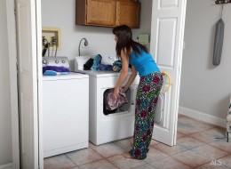 Małolata w pralni (13)